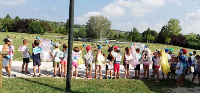 I bimbi del centro estivo sportivo '360 Sport' scendono in campo per salvare l'ambiente: operazione pulizia al parco del Conca